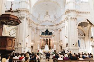 Les musiciens du groupe lors d'une cérémonie de mariage à l'église