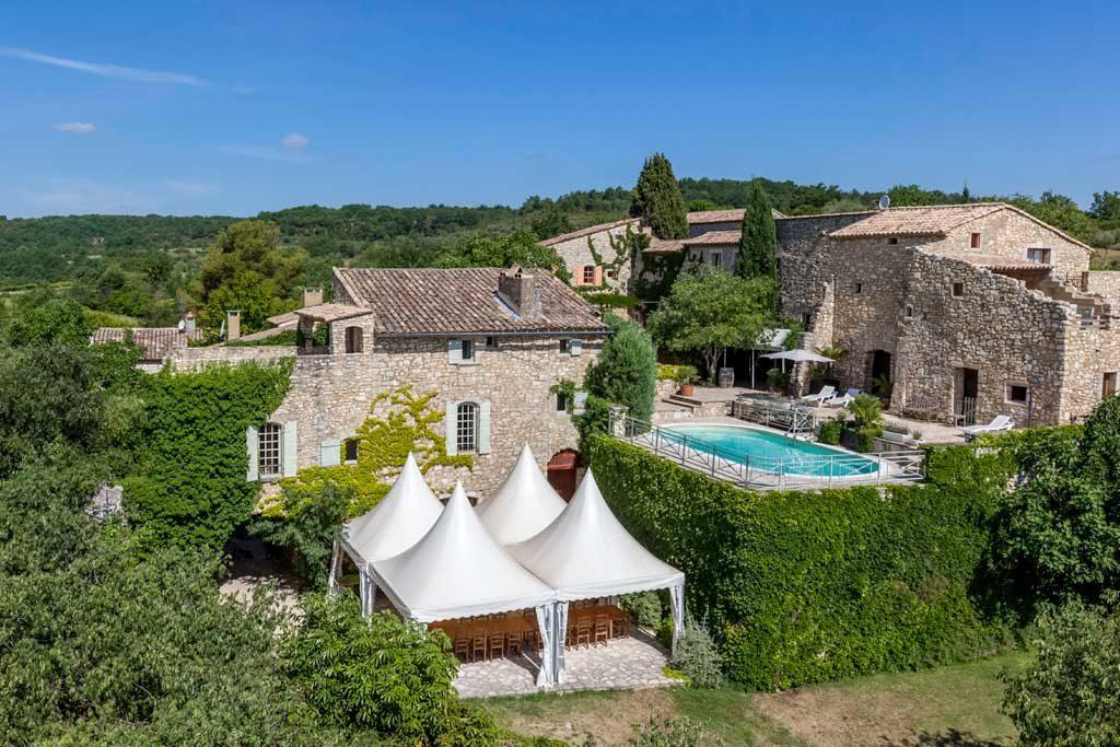 Une vue d'ensemble du domaine pour l'organisation de Votre Mariage à deux pas d'Avignon