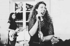 La Chanteuse du groupe Orange Trio music, mariages, vin d'honneur a Nimes