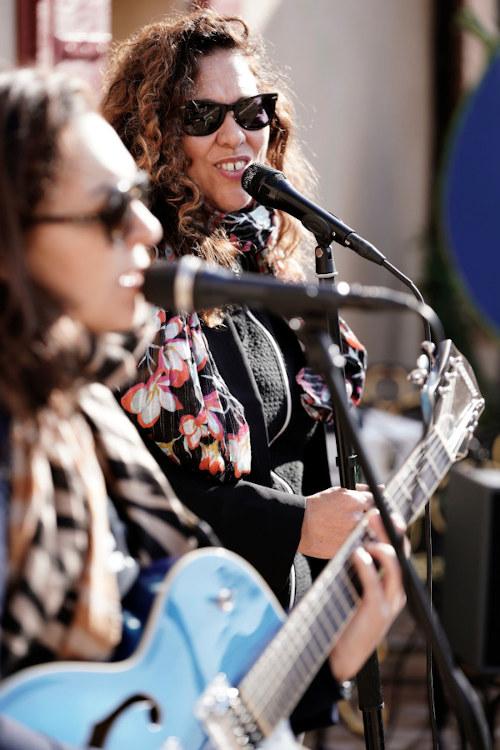 Le groupe de musique et la chanteuse lors du vin d'honneur d'un mariage à Saint Tropez.