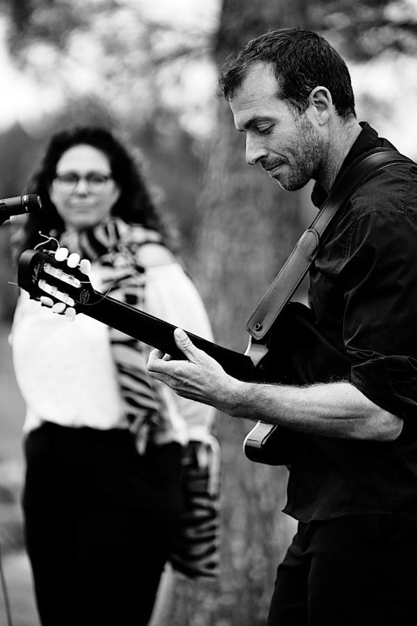 Le guitariste et la chanteuse du groupe de musique lors d'une cérémonie de mariage à Marseille. Répertoire Laique Pop pour célébration mariage