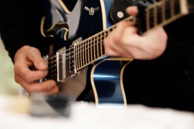 La guitare Jazz Gibson, le Guitariste pendant le vin d'honneur