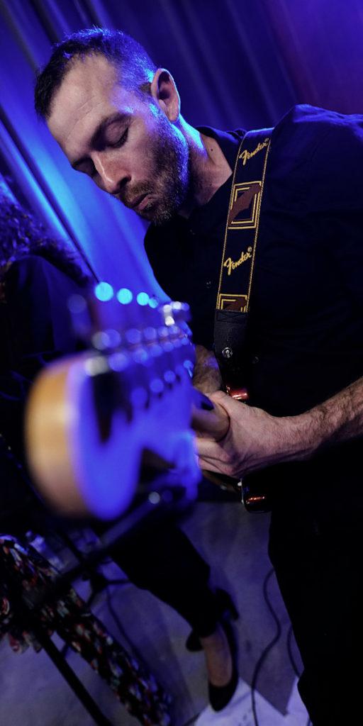 Le guitariste en gros plan lors d'une soirée dansante de mariage, noces à Pertuis Luberon Sud