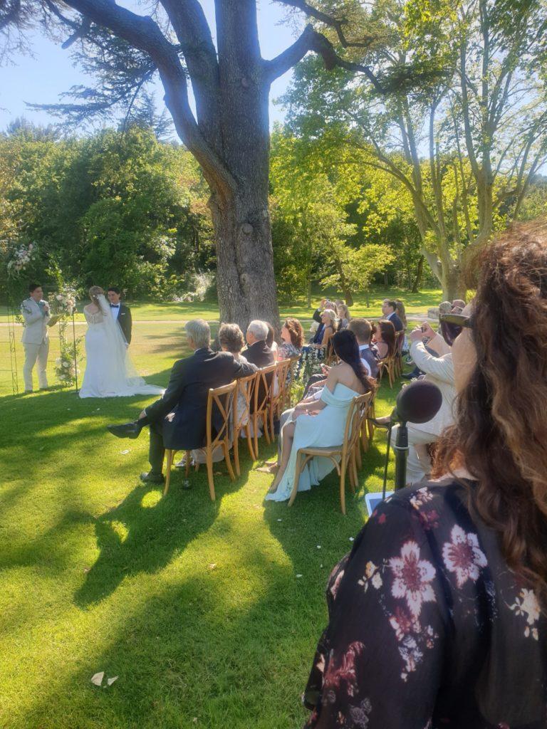 Musiciens animant une cérémonie dans le parc d'un domaine aux environs de Arles, Bouches du Rhône.