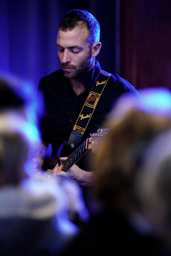 Le guitariste du groupe de musique lors d'une animation musicale de mariage (vin d'honneur) à Alès en Cévennes