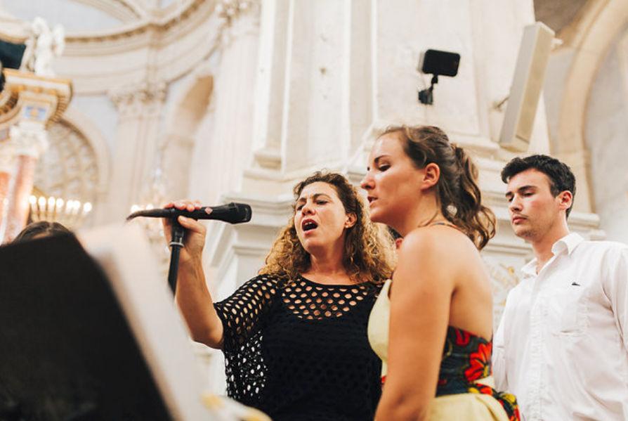 Chanteuse t musiciens accompagnent une invitée lors d'un mariage à L'Isle sur La Sorgue dans le Vaucluse