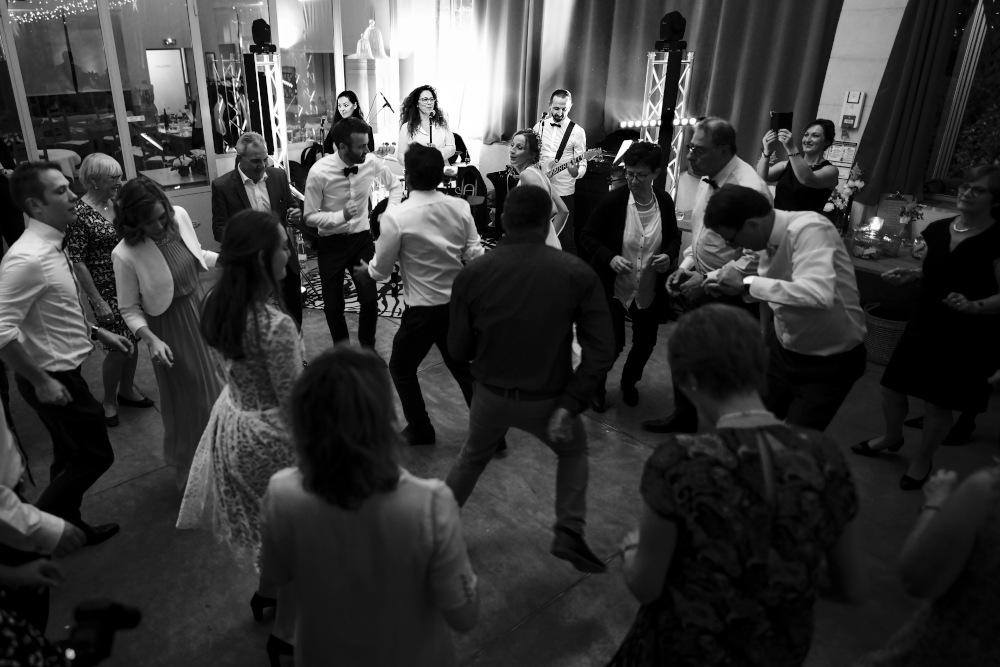Les invités dansent pendant la soirée de mariage