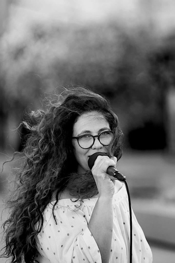 La Chanteuse du groupe Orange Trio Music, groupe spécialisé dans l'animation de soirées privées et anniversaires aux alentours d'Avignon (84) et dans le Luberon