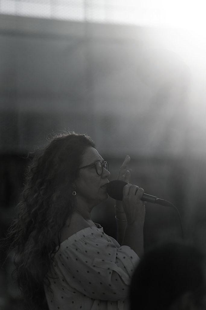 La chanteuse et les musiciens animent une super soirée d'anniversaire à Nîmes dans le Gard