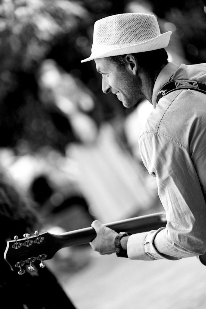 Les musiciens pour ambiancer votre soirée privée à Nîmes, Alès et Uzés dans le Gard. Le sourire du guitariste. Ambiance !