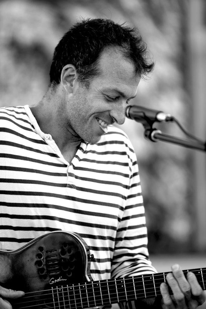 Le guitariste lors d'un mariage à Aix en Provence en Août 2020