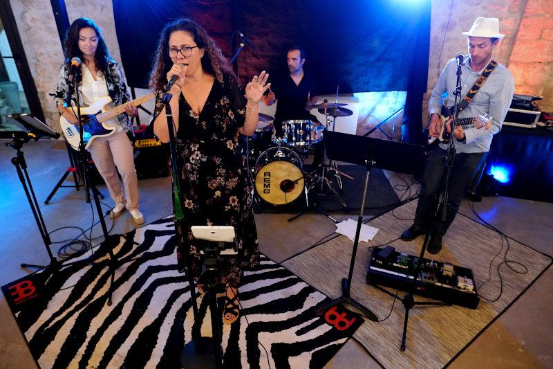 Le groupe de musique met l'ambiance lors d'une soirée d'anniversaire dans le Gard.