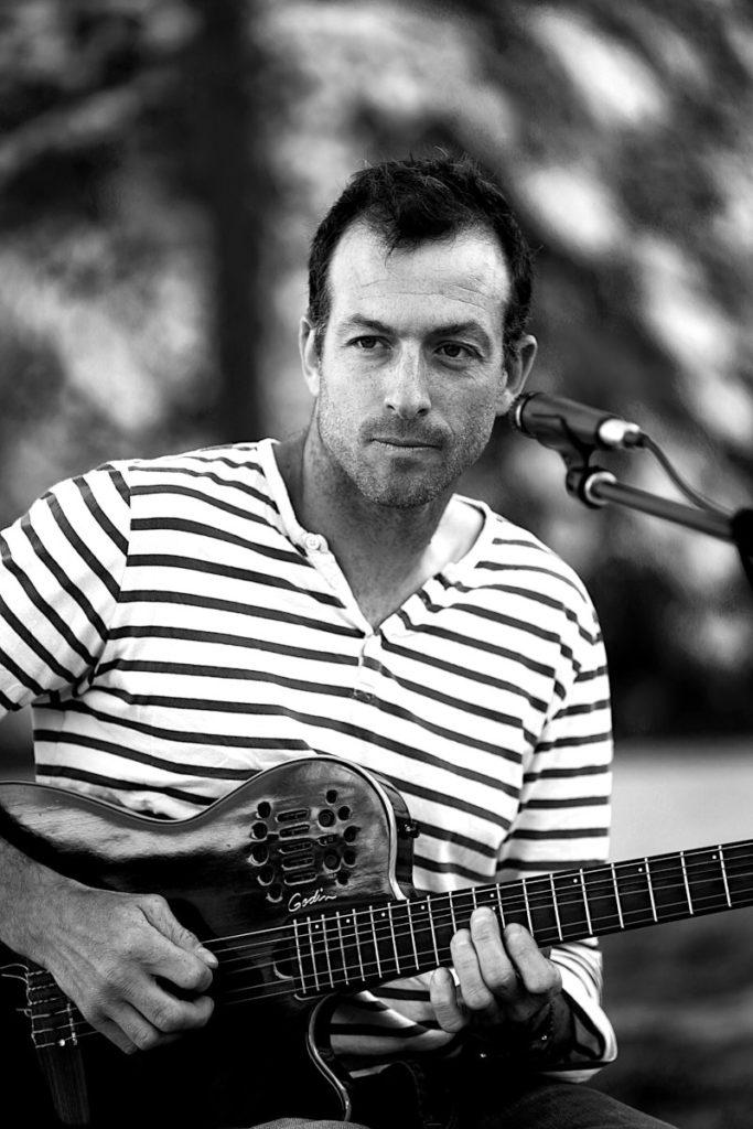 Le guitariste du groupe Orange Trio Music lors d'une soirée Privée à Avignon Vaucluse