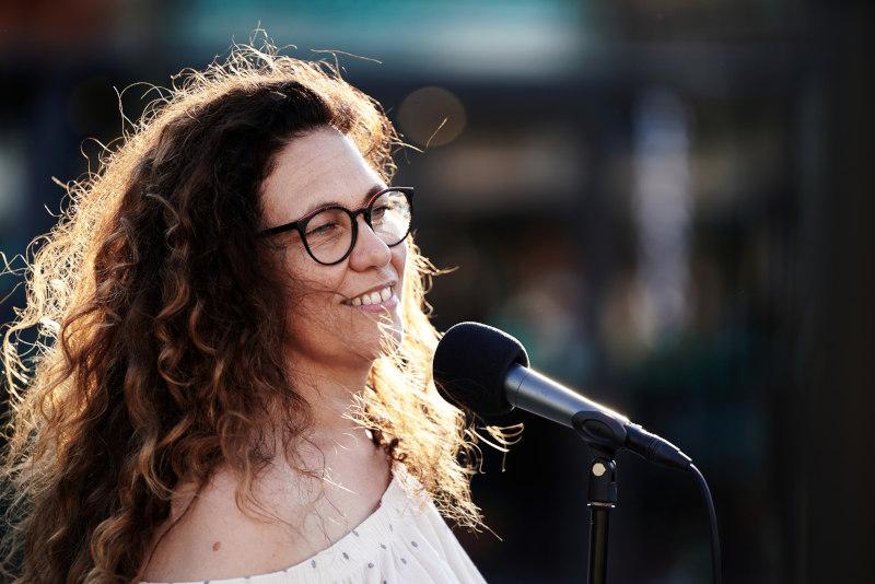 La chanteuse lors d'une représentation musicale à l'occasion d'un mariage à Manosque