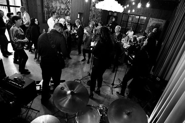 Le groupe de musique fait danser les invités pendant la soirée d'anniversaire à Avignon